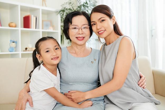 Gelukkige aziatische familie thuis
