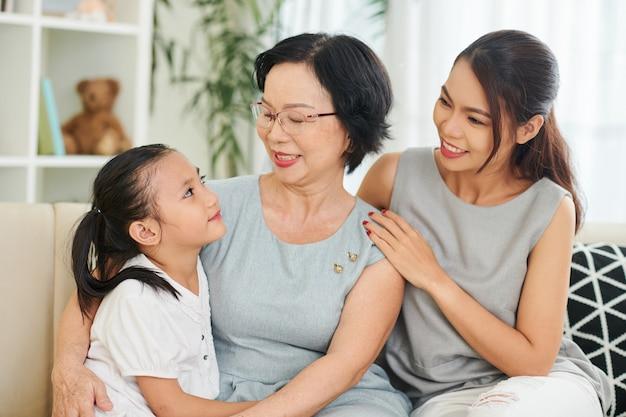 Gelukkige aziatische familiegeneratie thuis