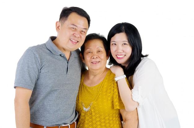 Gelukkige aziatische familiemoeder en volwassen nakomelingen binnenportret.