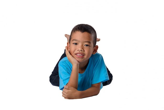 Gelukkige aziatische kinderen die op vloer geïsoleerde witte achtergrond liggen