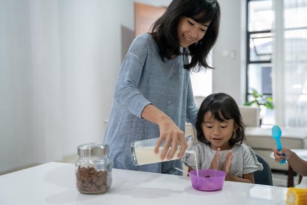 Gelukkige aziatische kinderen ontbijten
