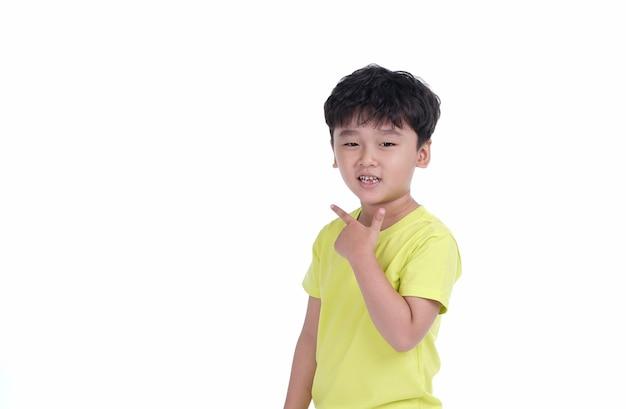 Gelukkige aziatische kindjongen met leuke gekke uitdrukking die op witte achtergrond wordt geïsoleerd