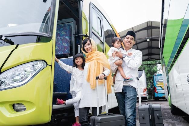 Gelukkige aziatische moslimvakantiereis die samen met familie een bus berijdt die virusverspreiding draagt