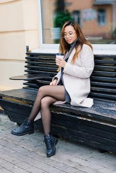 Gelukkige aziatische studente op de stadsstraat