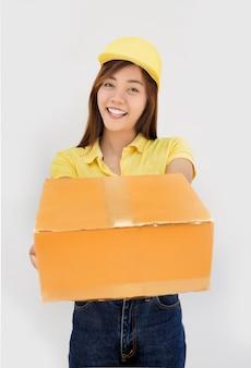 Gelukkige aziatische verzendende het document van het leveringspakketdoos op wit geïsoleerde achtergrond