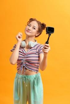 Gelukkige aziatische vrouw die zelf actiecamera selfie gebruikt