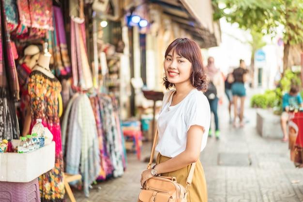 Gelukkige aziatische vrouwenreis in thailand