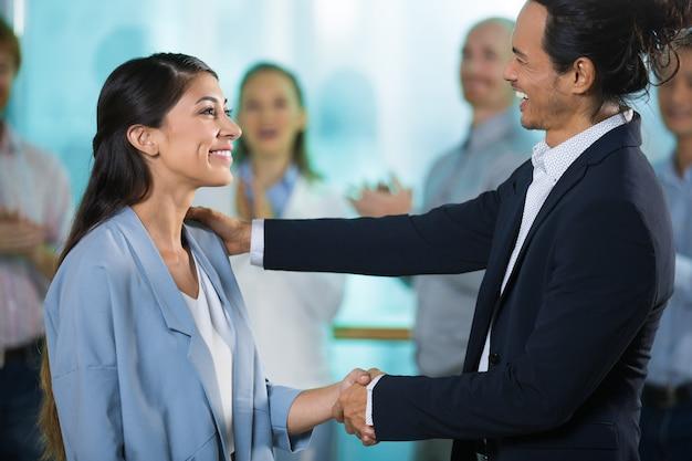 Gelukkige baas groet nieuwe vrouwelijke manager