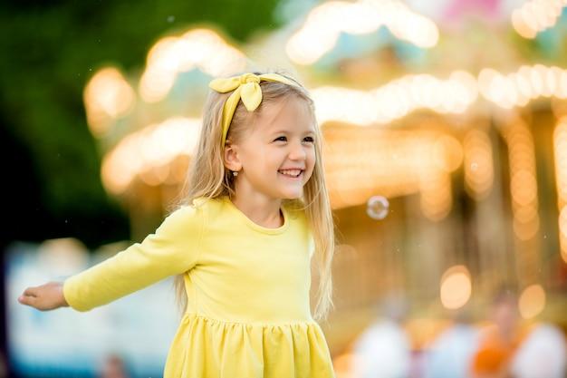 Gelukkige baby die in het park loopt