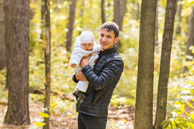 Gelukkige baby met zijn vader buiten in de lente