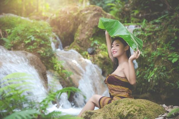 Gelukkige badende vrouwen bij de natuurlijke waterval