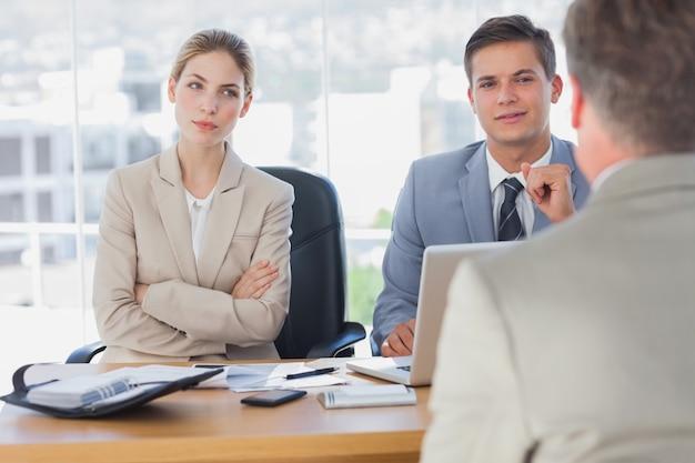 Gelukkige bedrijfsmensen die de bedrijfsmens interviewen