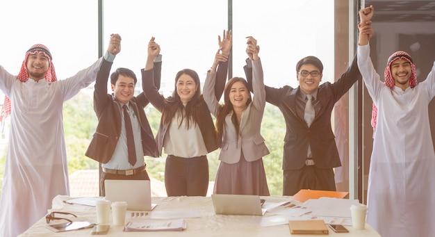 Gelukkige bedrijfsmensen die succes vieren bij bedrijf