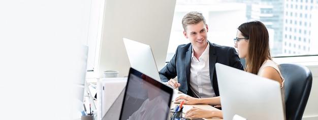 Gelukkige bedrijfsmensenmedewerkers die in bureau werken