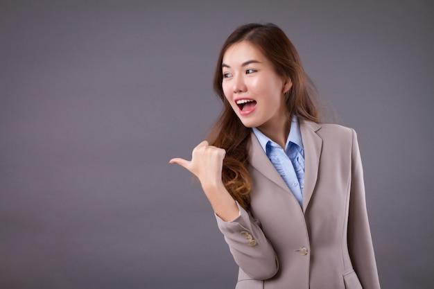 Gelukkige bedrijfsvrouw die zijmanier richten