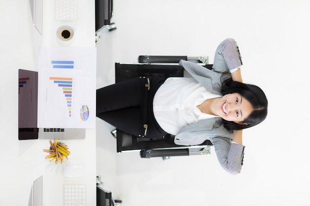 Gelukkige bedrijfsvrouw in bureau.