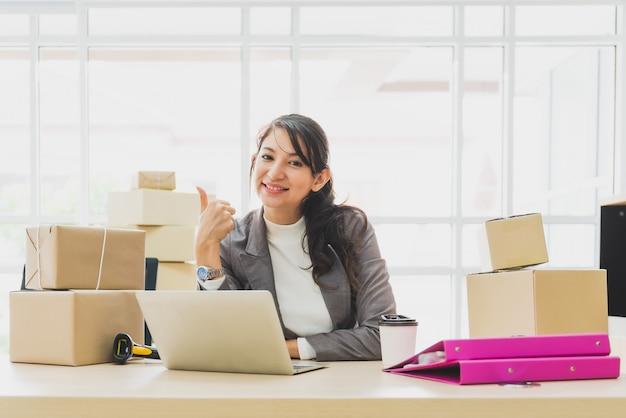 Gelukkige bedrijfsvrouw met online bedrijfssucces