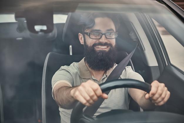 Gelukkige bestuurder met vastgemaakte veiligheidsgordel