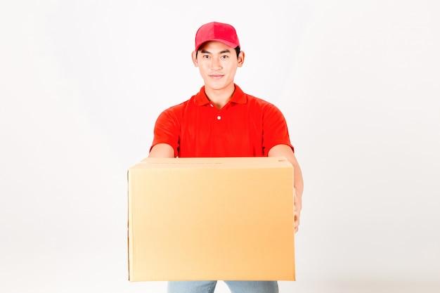 Gelukkige bezorgman met doos. geïsoleerd op een witte achtergrond.