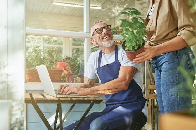 Gelukkige blanke man en vrouw van middelbare leeftijd aan het werk