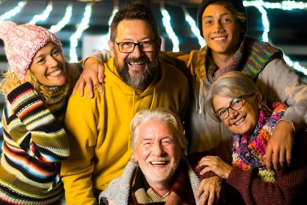 Gelukkige blanke mensenfamilie vieren oudejaarsavond samen met plezier