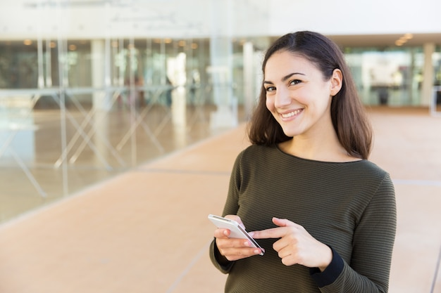 Gelukkige blije mobielgebruiker die goed nieuwsbericht krijgt