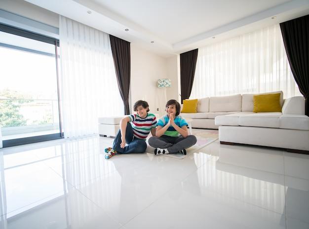 Gelukkige broers bij woonkamer in hotelflat