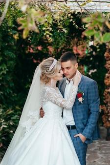 Gelukkige bruid en bruidegom buiten
