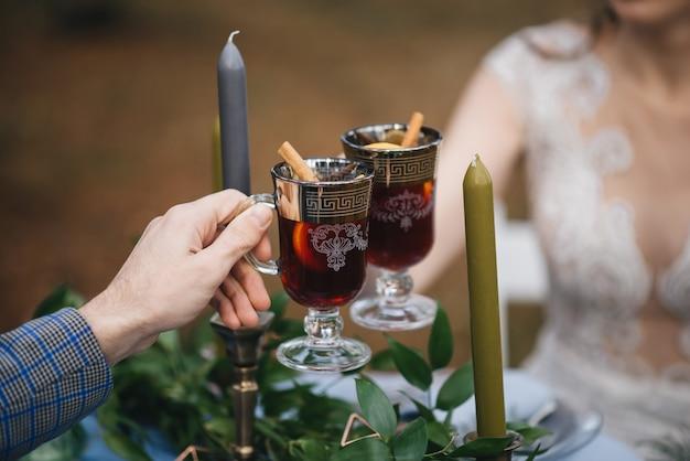 Gelukkige bruid en bruidegom die overwogen wijn houden