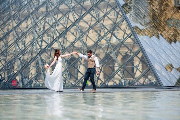 Gelukkige bruid en bruidegom die van hun huwelijk in parijs genieten.