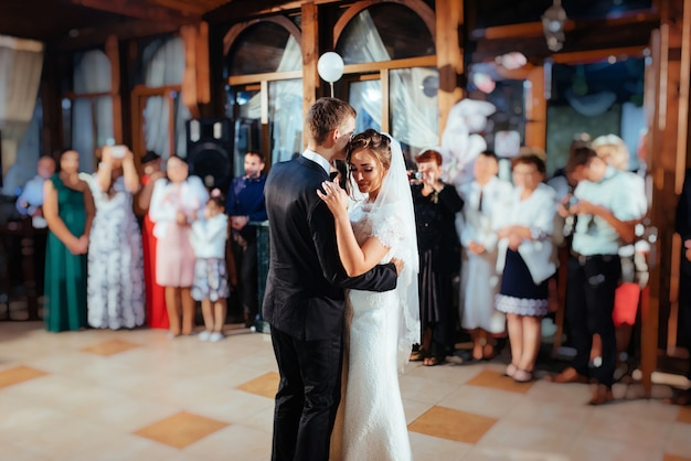 Gelukkige bruid en bruidegom een hun eerste dans, huwelijk