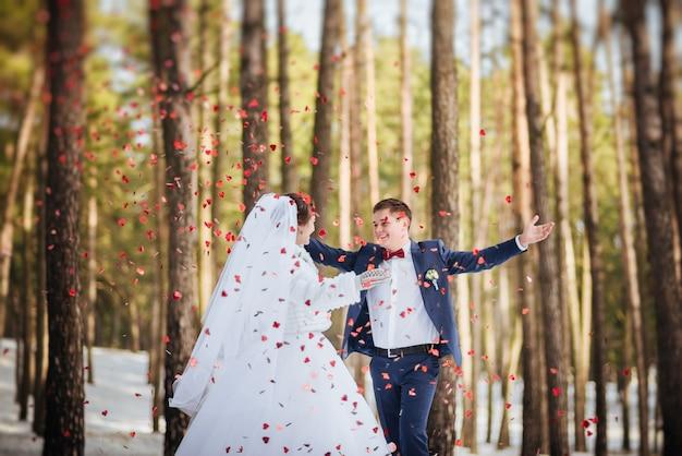 Gelukkige bruid en bruidegom in de winterdag op hun huwelijk