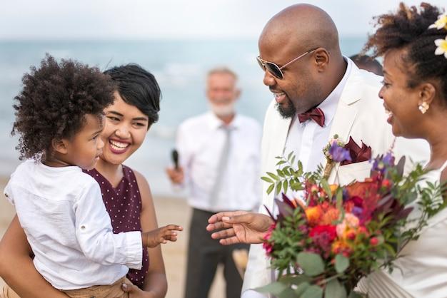 Gelukkige bruid en bruidegom in een huwelijksceremonie op een tropisch eiland