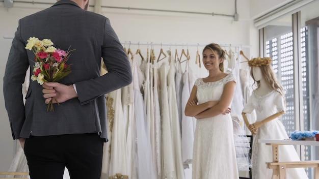 Gelukkige bruid en bruidegom in trouwjurk bereiden zich voor op getrouwd in huwelijksceremonie