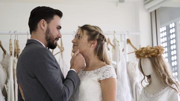 Gelukkige bruid en bruidegom in trouwjurk trouwen in huwelijksceremonie voorbereiden