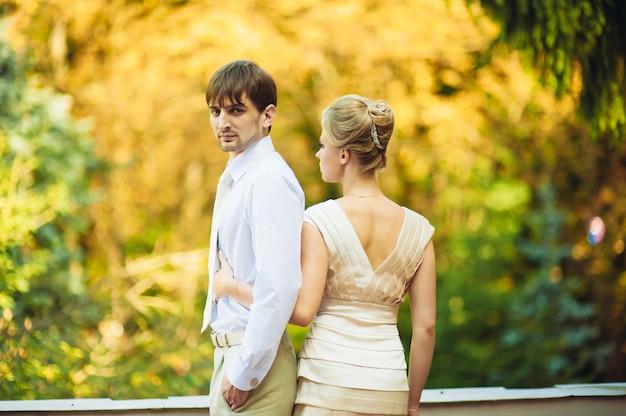 Gelukkige bruid en bruidegom lopen in het park op hun trouwdag