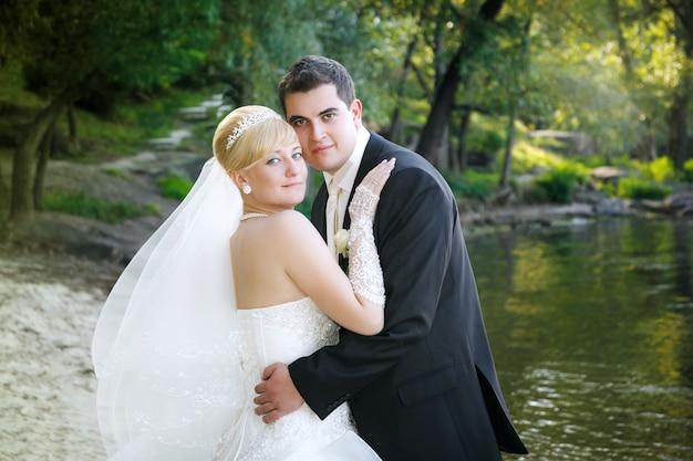 Gelukkige bruid en bruidegom op het strand
