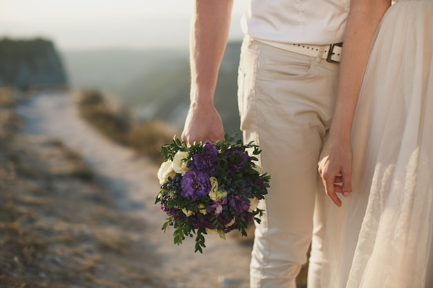 Gelukkige bruid en bruidegom op hun bruiloft knuffelen