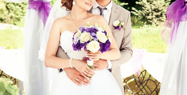 Gelukkige bruid en bruidegom op hun bruiloft.