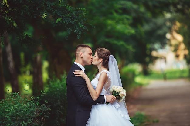 Gelukkige bruid en bruidegom op hun trouwdag