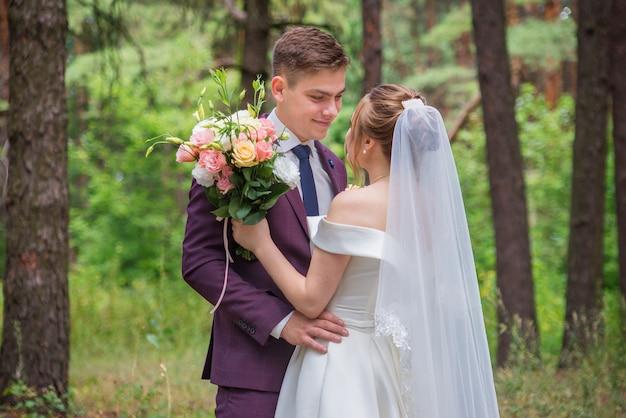 Gelukkige bruid en bruidegom op huwelijksdag