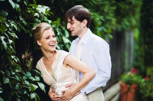 Gelukkige bruid en bruidegom plezier