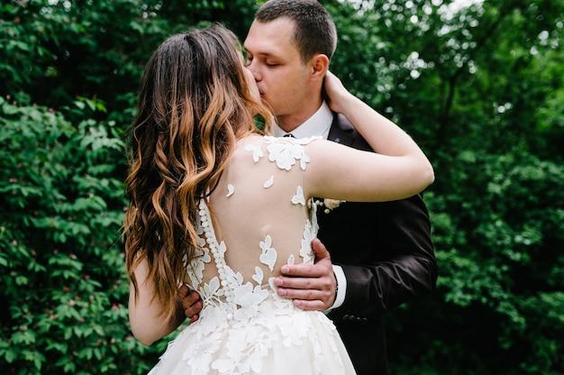 Gelukkige bruid en bruidegom trouwen in het groene bos.