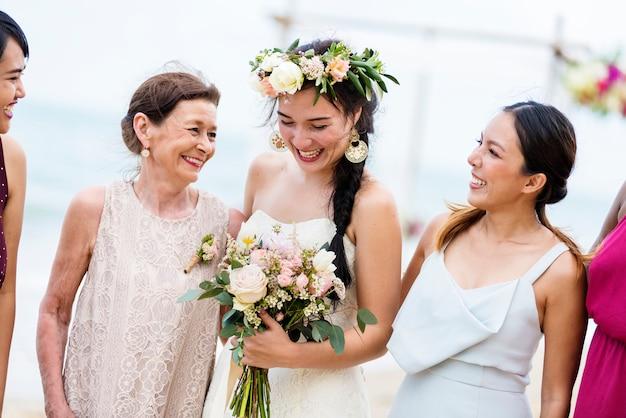 Gelukkige bruid en gasten op haar bruiloft