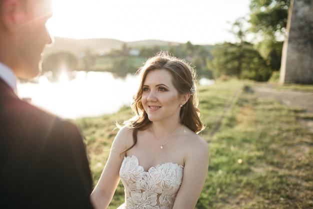 Gelukkige bruid glimlacht naar haar man