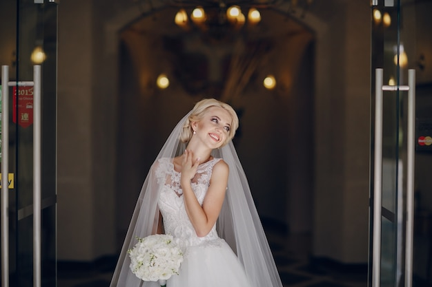 Gelukkige bruid met boeket