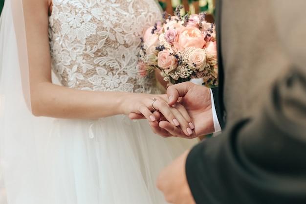 Gelukkige bruiden houden elkaars hand vast
