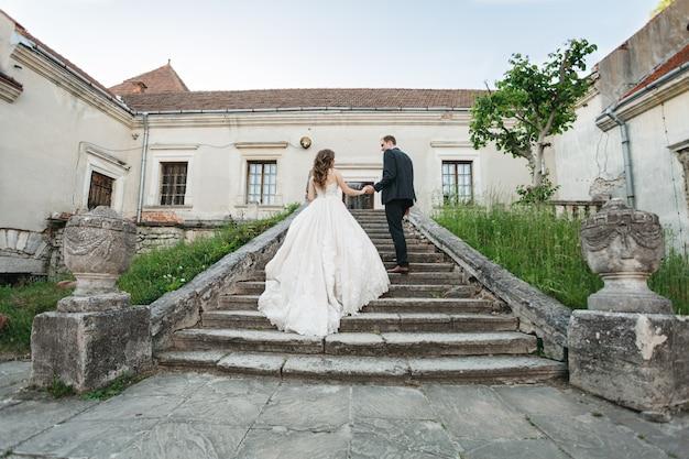 Gelukkige bruiden lopen door de stad