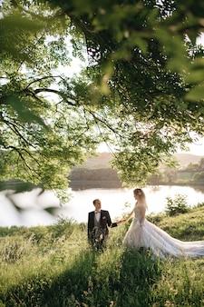 Gelukkige bruiden lopen rond het veld