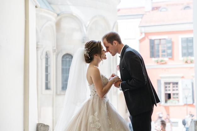 Gelukkige bruiden op de dag van hun huwelijk